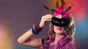 Kobieta z karnawałową venetian maską na zmroku Obrazy Royalty Free