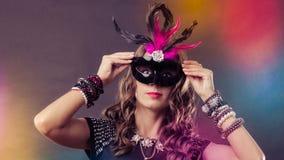 Kobieta z karnawałową venetian maską na zmroku Zdjęcie Stock