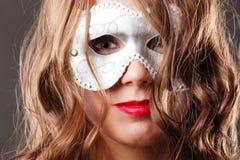 Kobieta z karnawałowym venetian maskowym zbliżeniem Obraz Royalty Free