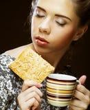 Kobieta z kawą i ciastkami Fotografia Royalty Free