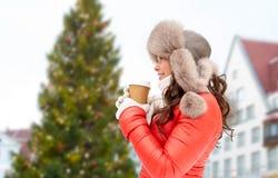 Kobieta z kawą nad choinką w Tallinn zdjęcie stock