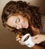 Kobieta z kawą i ciastkami Zdjęcie Stock