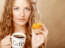 Kobieta z kawą i tortem Zdjęcia Stock