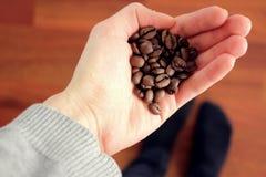 Kobieta z kawowymi fasolami Zdjęcia Stock
