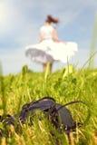 Kobieta z kiecki sukni tanem na łące, buty w Fotografia Royalty Free