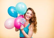 Kobieta z kolorowymi balonami i lizakiem Obraz Stock