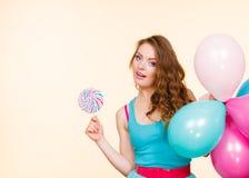 Kobieta z kolorowymi balonami i lizakiem Fotografia Stock