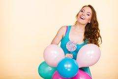 Kobieta z kolorowymi balonami i lizakiem Obraz Royalty Free