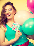 Kobieta z kolorowymi balonami i lizakiem Zdjęcie Royalty Free