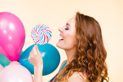 Kobieta z kolorowymi balonami i lizakiem Obrazy Royalty Free