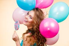 Kobieta z kolorowymi balonami i lizakiem Obrazy Stock