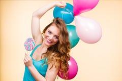 Kobieta z kolorowymi balonami i lizakiem Zdjęcia Royalty Free