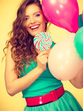 Kobieta z kolorowymi balonami i lizakiem Fotografia Royalty Free