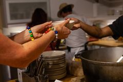 Kobieta z kolorowymi koralikami słucha zupnego puchar bransoletka podnosi w górę zdjęcie royalty free