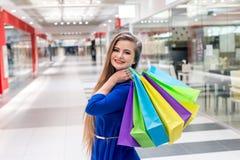Kobieta z kolorowymi torbami na ramieniu fotografia stock