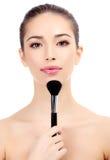 Kobieta z kosmetyka muśnięciem Fotografia Royalty Free