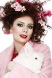 Kobieta z królika, jajek i kwiatów wiosny Easter pojęciem, Zdjęcia Stock