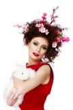 Kobieta z królika, jajek i kwiatów wiosny Easter pojęciem, Zdjęcie Royalty Free