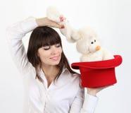 Kobieta z królikiem w odgórnym kapeluszu obrazy stock