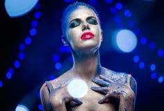 Kobieta z kreatywnie jaskrawym makijażem Zdjęcia Stock