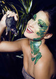 Kobieta z kreatywnie uzupełniał jak wąż i szczur w jej rękach, Halloween horroru zbliżenia dowcip straszny Zdjęcie Stock