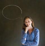 Kobieta z kredowy mowa bąbla rozmowy opowiadać Fotografia Royalty Free
