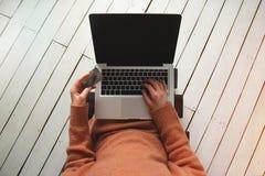 Kobieta z kredytową kartą, laptop, sieć pieniądze i online zapłata w domu, Obrazy Royalty Free