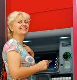 Kobieta z kredytową kartą szczęśliwie dostaje pieniądze fotografia stock
