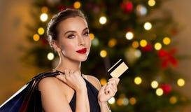 Kobieta z kredytowej karty zakupy na bożych narodzeniach fotografia royalty free