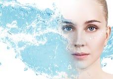 Kobieta z kremowymi kropkami na twarzy w błękitne wody pluśnięciu zdjęcia stock