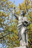 Kobieta z krucyfiksem i Kwiecistą wianek statuą Obrazy Stock