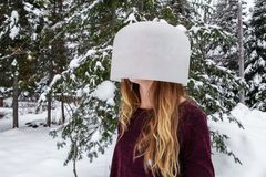 Kobieta z krystalicznym pucharem na jej głowie fotografia royalty free