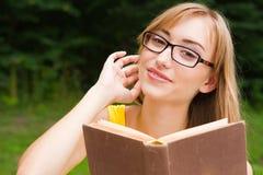 Kobieta z książką i szkłami Zdjęcie Royalty Free