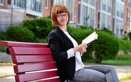 Kobieta z książką w ręce Zdjęcia Stock