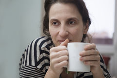 Kobieta z kubkiem herbaty Zdjęcia Royalty Free