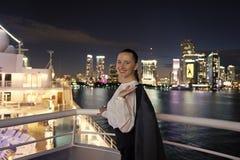 Kobieta z kurtka uśmiechem na balkonie w Miami, usa zdjęcia royalty free