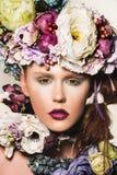 Kobieta z kwiatami w jej włosy Fotografia Stock