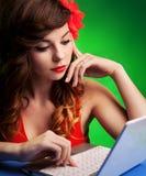 Kobieta z laptopem obrazy royalty free