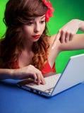 Kobieta z laptopem zdjęcie royalty free