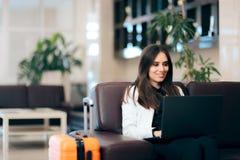 Kobieta z laptopem i bagażem w Lotniskowej poczekalni obrazy stock