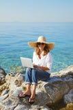 Kobieta z laptopem morzem Fotografia Royalty Free