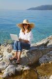 Kobieta z laptopem morzem Fotografia Stock
