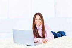 Kobieta z laptopem na dywanie obraz royalty free