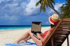 Kobieta z laptopem na tropikalnym wakacje Zdjęcie Stock