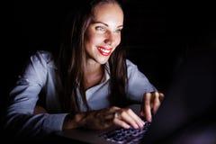 Kobieta z laptopem przy nocą Fotografia Royalty Free