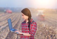 Kobieta z laptopem w kukurydzanym polu Fotografia Royalty Free