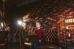 Kobieta z laptopem w loft Obraz Stock