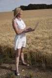 Kobieta z laptopem w polu jęczmień Fotografia Stock