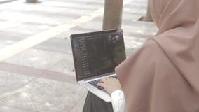 Kobieta z laptopu obsiadaniem na ławce przy parkiem zdjęcie wideo