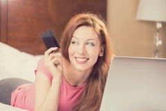 Kobieta z laptopu zakupy na linii pokazuje kredytową kartę obraz royalty free